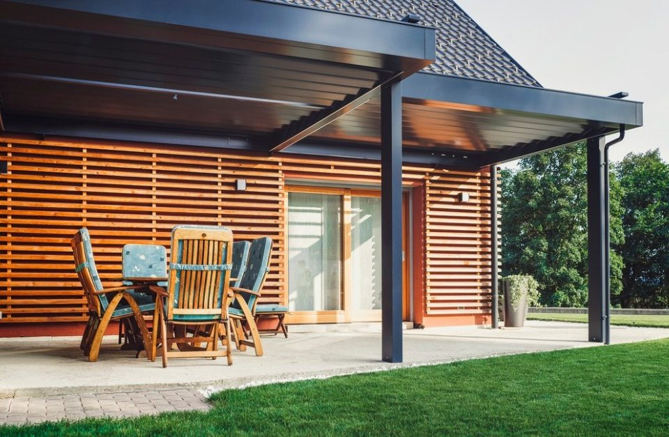 5 Ways to Protect Outdoor Wood Furniture